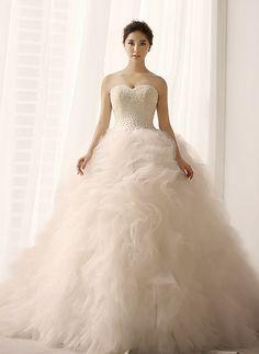 Brautkleid Duchesse trägerlos Herzausschnitt von Minerva's Little Wedding Shop auf DaWanda.com