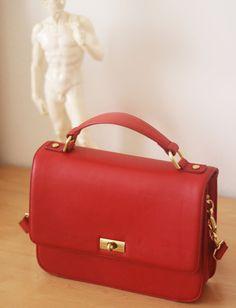 Beautiful and classy purse.