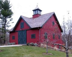 Bank Barn – 4 stalls, tack room and wash room on lower level. Great use of building into the grave. Can have meeting room, baths, horse laundry on top floor. Cabana, Bank Barn, Small Barns, Barn Garage, Garage Doors, Country Barns, Country Life, Country Living, Barns Sheds