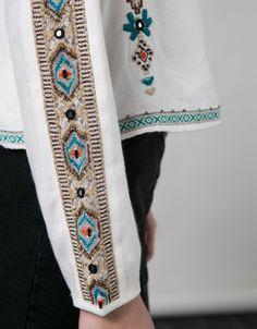 Blusa BSK mangas bordadas. Descubre ésta y muchas otras prendas en Bershka con nuevos productos cada semana