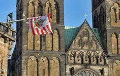 Bremer #Speckflagge am #Rathaus, vor dem St. Petri Dom. http://www.liegeplatz-bremen.de/heimat/