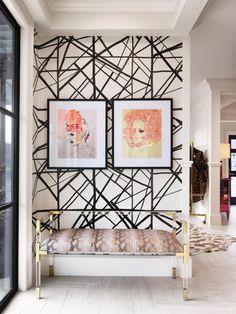 Черно-белые абстрактные пересечения линий плюс золотистый цвет в аксессуарах и нежные женские профили на полотнах - все это задает настроение арт-деко даже в современной квартире или доме