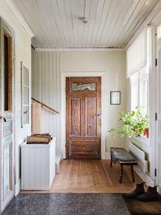 På golvet i hallen ligger kilsågade furuplankor och kalksten från Kinnekulle. Väggar och tak väntar på renovering