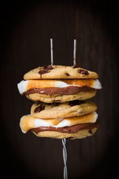 Chocolate Chip Cookie S'mores - chocolate chip cookies instead of graham crackers, yum! Just Desserts, Delicious Desserts, Yummy Food, Delicious Cookies, Smores Cookies, Chocolate Chip Cookies, Chocolate Cake, Yummy Treats, Sweet Treats