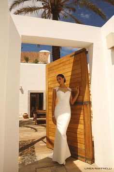 Linea Raffaelli b16-set-003, dress 160-030-01, collectie 2016 Het modehuis Linnea Raffaelli staat bekend om zijn moderne en elegante trouwjurken met veel aandacht voor detail. Zoals dit prachtig trouwkleed voor een slanke bruid is. Voor het lijfje met sweetheart decolleté is een luxe kant gebruikt. De hals aan de voorzijde en de lage uitgesneden rug zijn bedekt met transparante stof en versierd met mooie gedetailleerde kant. Heel elegant de rok eindigt in een klein sleepje.