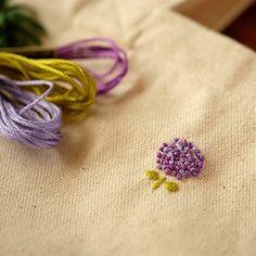 """この""""あじさい""""は、フレンチノットステッチで刺繍したもの。葉っぱは、サテンステッチです。"""