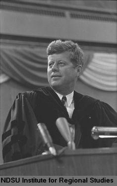 1963. 25 Septembre. By Cal OLSON. President John F. Kennedy speaking at U.N.D., Grand Forks, North Dakota