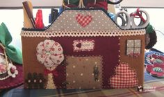 dulces pilukas: Tutorial Funda Casita Sweet Home Sewing Projects, Projects To Try, Patch Aplique, Quilted Bag, Room Organization, Pin Cushions, Toy Chest, Sweet Home, Quilts
