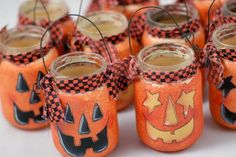 Baby Food Jar Lanterns - Paint with MS Glitter paint? Cute and Simple - Baby food jars anyone? Diy Halloween, Adornos Halloween, Halloween Lanterns, Theme Halloween, Holidays Halloween, Halloween Pumpkins, Happy Halloween, Halloween Decorations, Lantern Decorations