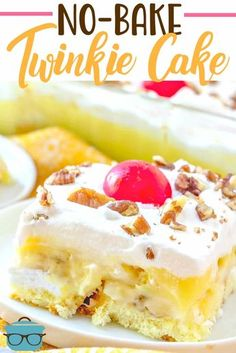 Twinkie Cake is a nobake dessert that is a cross between a banana split and a shortcake Layers of Twinkies bananas pudding and Cool Whip - no bake desserts - Banana Pudding Twinkie Cake Recipes, Twinkie Desserts, Köstliche Desserts, Dessert Recipes, Twinkie Recipe, Desserts Caramel, Cinnamon Desserts, Pudding Desserts, Health Desserts