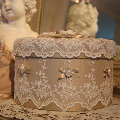 ( reserve )boite shabby chic en soie dentelles perles et strass