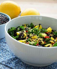 Mangosalat med sorte ris og grønkål – Emily Salomon