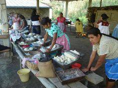 Oaxaca, mujeres amasando masa para tortillas de maiz en metate