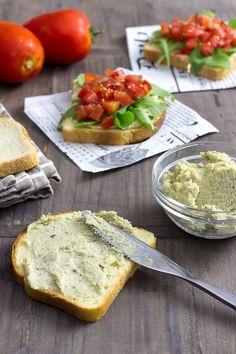 #Desayuno vegano: #tostadas con crema de anacardos y tomate marinado para desayunar. Es un plato #vegano energético y rico, rico.
