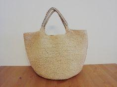 エコアンダリヤの23番で編んだかごバッグです。ラフィア風のナチュラルな色です。軽くて丈夫です。しわになりにくく折りたたんで旅行などにも持っていけます。マチが丸... ハンドメイド、手作り、手仕事品の通販・販売・購入ならCreema。