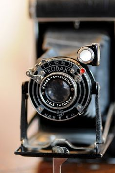 Vintage Camera ahhhh Im so excited to go to the american pickers store in iowa cuz they have these types of old vintage cameras ahhh i hope some are in my price range! Photography Camera, Vintage Photography, Photography Photos, Camera Obscura, Camera Lens, Video Camera, Film Camera, Nikon Cameras, Antique Cameras