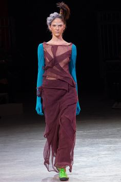 See all the Collection photos from Yohji Yamamoto Spring/Summer 2014 Ready-To-Wear now on British Vogue Yohji Yamamoto, Quirky Fashion, Fashion Art, Fashion Show, Japanese Fashion Designers, Style Rock, Conceptual Fashion, Fashion Week Paris, Fashion Spring