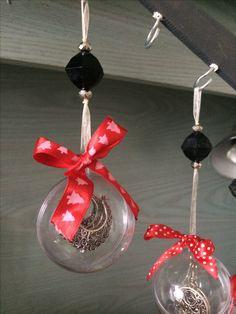 Kerstbal met oorbellen.