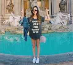 Look da blogueira Giovana Ferrarezi com maxi t-shirt e tênis Adidas Originals.