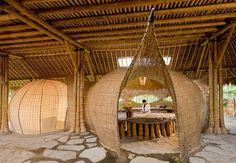 """Die Flexibilität von Bambus macht es möglich: Organische Formen unter dem Dach einer """"Green School"""" auf Bali"""