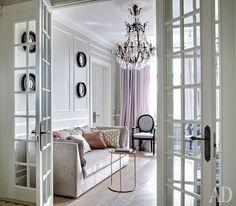 Гостиная. Диван, Frigerio; люстра, Labyrinthe Interiors; стулья, Veranda; придиванный столик, Monpas.