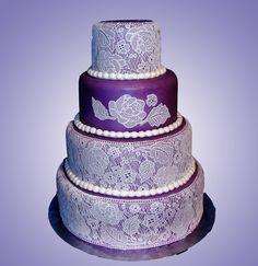Bolo de casamento com rendas em roxo - CakeCentral
