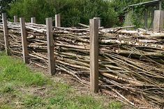 Check out our Beautiful Gallery of Wood Fence Ideas and Designs including Privac… - DIY Garten Outdoor Projects, Garden Projects, Back Gardens, Outdoor Gardens, Cerca Natural, Campolina, Natural Fence, Rustic Fence, Garden Cottage