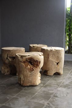 Far from the rustic chalets, the raw wood knows how to be elegant and modern . Here is how in 15 examples full of charm - stool Wooden Stool Designs, Wood Table Design, Table Designs, Rustic Design, Log Furniture, Furniture Design, Natural Wood Table, Creation Deco, Wood Stool