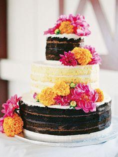 あえて外側にクリームを塗らず、スポンジとクリームの重なりを見せたケーキはカジュアルなパーティに◎。そのサイドに鮮やかな花をあしらうだけで、フォトジェニックなケーキの完成!