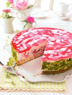 Rhabarber-Erdbeer-Torte -  Eine sommerliche Torte mit frischen Erdbeeren und Rhabarber
