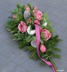 Jessi na tragach Vitrel 2017 Funeral Flowers, Ikebana, Pink Purple, Flower Arrangements, Christmas Wreaths, Floral Wreath, Holiday Decor, Plants, Beautiful