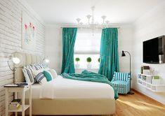 Accents de turquoise dans une chambre moderne et éclectique