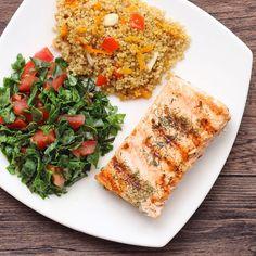 Salmón a la plancha + ensalada de tomate con kale masajeado con aceite de coco + quinoa con verduritas. Un almuerzo cargado de grasas buenas, proteínas y carbos complejos. Además de verdura crudas y cocidas... que mejor?!! Ideal embarazadas y lactantes! Receta: https://instagram.com/p/-jxHlwFWh4/