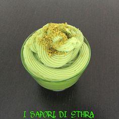 La crema pasticcera con la pasta di pistacchio è una golosità unica. Una crema davvero buonissima, con quel gusto delicato di