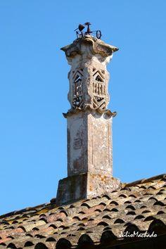 Chaminé construída em 1939. Algarve, Vernacular Architecture, Unique Architecture, Portugal, Roof Tops, Chimney Cap, Roof Structure, Interesting Buildings, Stone Houses