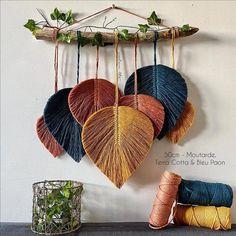 Macramé Feathers Suspension - New ideas Macrame Wall Hanging Patterns, Yarn Wall Hanging, Macrame Art, Macrame Design, Macrame Projects, Macrame Patterns, Macrame Knots, Micro Macrame, Diy Home Crafts