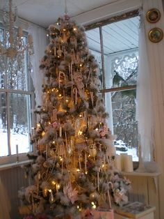 love this snowy tree @Sparkly Sharp Fabulous