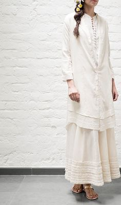 Mogra - Queen of the Night - is a tropical evening-blooming #jasmine that flourishes in the #summer. Inspired by this elegant flower, #Mogra is a collection of unbleached #khadi coordinates. Available across all Good Earth boutiques in India. #FabricOfIndia #DesignStory #SustainableLuxury