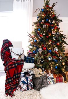 Mad for Plaid / Plaid Christmas Tree decorations Blue Christmas Decor, Tartan Christmas, Gold Christmas Decorations, Cool Christmas Trees, Christmas Tree Themes, Plaid Christmas, Country Christmas, Beautiful Christmas, Christmas Home