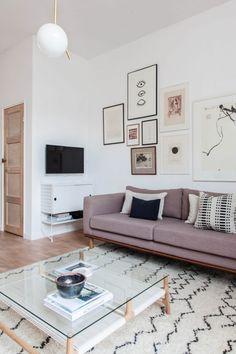 Original color de sofá para esta reforma de salón con tonos suaves y naturales.