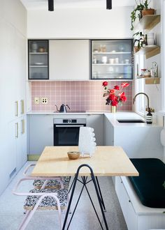 Tour the freshly renovated (and self-designed) Kensington apartment of Strutt Studios' founder and p Small Kitchen Set, Nice Kitchen, Kensington Apartment, Tiny Dining Rooms, White Floorboards, Kitchen Photos, Kitchen Ideas, Kitchen Inspiration, Kitchen Designs