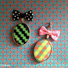 #DIY Petits porte-clés faits avec de la #Résine. Insérez-y le motif de votre choix et faites couler de la #Résine #Gédéo pour fixer le tout!