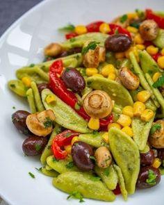 Plăcintă crocantă cu iaurt şi stafide   Bucate Aromate Caesar Pasta Salads, Caesar Salad, Guacamole, Vegetarian Recipes, Healthy Recipes, Healthy Food, I Want To Eat, Sans Gluten, Kung Pao Chicken