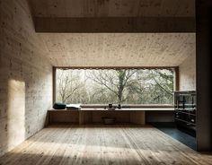 Le studio d'architecture autrichien raumhochrosen vient de réaliser cette cabane minimaliste dans la forêt de Wienerwald en Autriche.