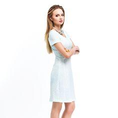 Bardzo kobieca koktajlowa sukienka o rozkloszowanym kroju, w niebieski wytłaczany motyw.