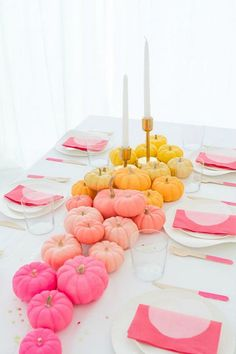 Fall Decor Ideas and Tablescapes : DIY Ombre Mini Pumpkins in pink, peach, and gold. Fall color palettes do not have to just include yellow, orange, red and brown. Step by Step Instructions on Oh Happy Day! Halloween Infantil, Fete Halloween, Pink Halloween, Holidays Halloween, Hosting Thanksgiving, Thanksgiving Tablescapes, Thanksgiving Decorations, Halloween Decorations, Christmas Decor