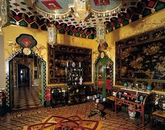 The Western Chinese Lobby, Peterhof Palace.  The East and West Chinese Cabinets were decorated between 1766 and 1769 to exhibit objects of decorative art imported from the East. The walls were decorated with imitation Oriental patterns by Russian craftsmen, and hung with Chinese landscape paintings in yellow and black lacquer.