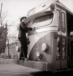 Margit Claesson, den första kvinnliga busschauffören i Stockholms lokaltrafik 1958.