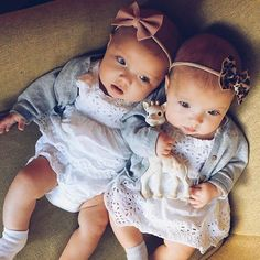 baby and kids image Cute Baby Twins, Twin Baby Girls, Twin Babies, Cute Baby Pictures, Newborn Pictures, Tatum And Oakley, Twin Outfits, Baby Fashionista, Baby Family