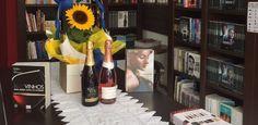 """Já pensou em """"harmonizar"""" um livro com um vinho? Essa vinhoteca propõe isso"""